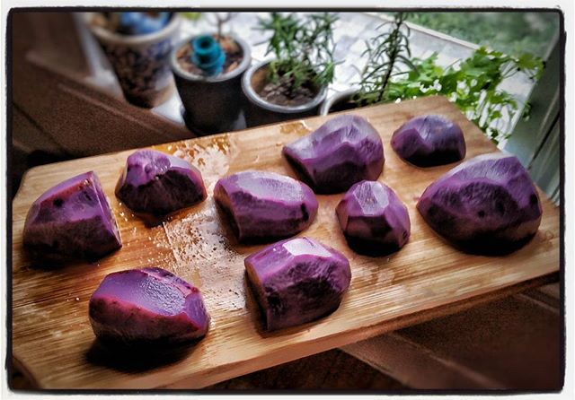 How cool are these purple potatoes?? The amethyst color lends these beauties special antioxidants that may hold promise to help high blood pressure and support the immune system! Native to Peru and Bolivia 🌍 Being prepped for a twist on Ethiopian green beans and potatoes! . . . . . . . . . . . #goodcarbs #potatoes #purplepotatoes #whatsfordinner #antioxidants #anthocyanin #polyphenols #nutrition #cleaneating #foodfacts #vegetables #veganfoodshare #vegandietitian #getfit #cookmore #eatlocal #localfood #nofarmsnofood #massgrown #vegannutrition #dietitian #glutenfreevegan #vegan #innerpeas #phytochemicals
