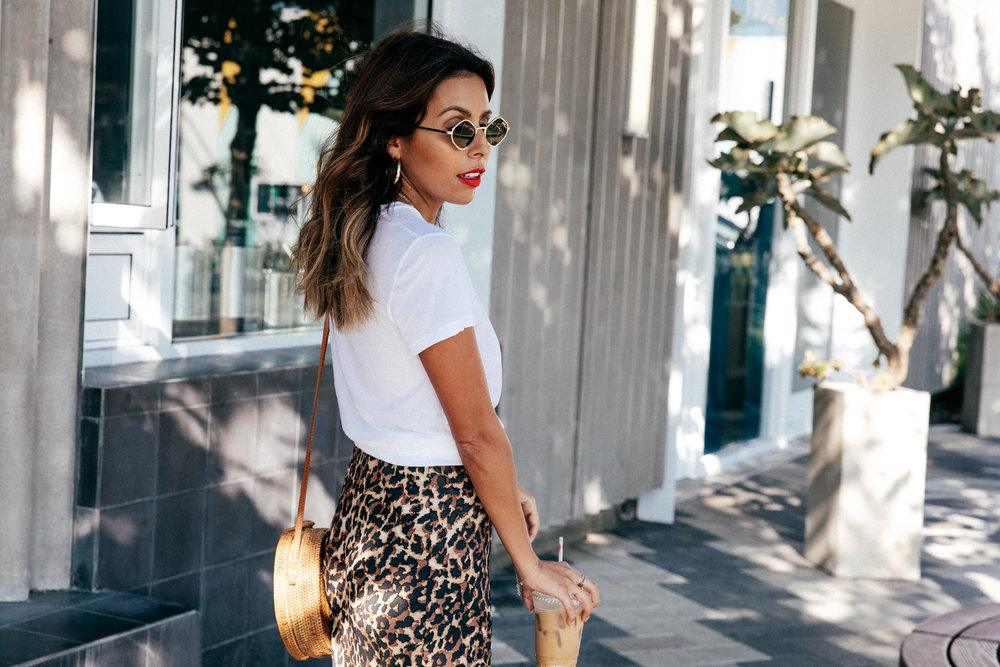 How to wear a white t-shirt with dress to make a skirt