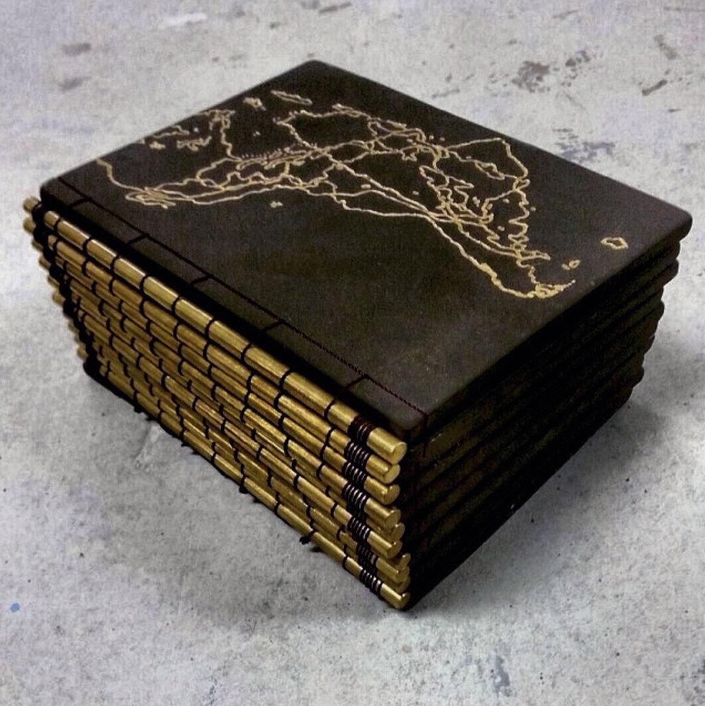 """Ubícate, 2013 / Barro, pigmentos cerámicos, sobre esmalte de oro, bronce e hilo de nilón / 7 ½ x 6 x 5"""""""