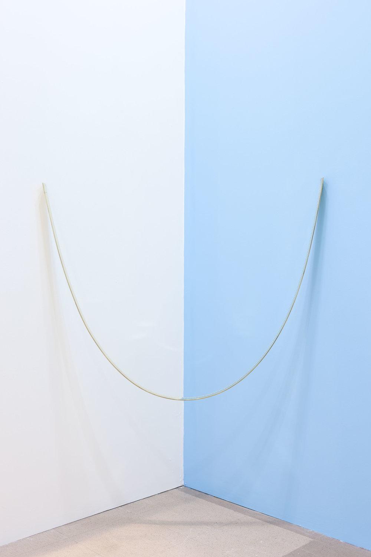Mariana Murcia / Metro invertido, 2014 / Bronce / 200cm x 6cm