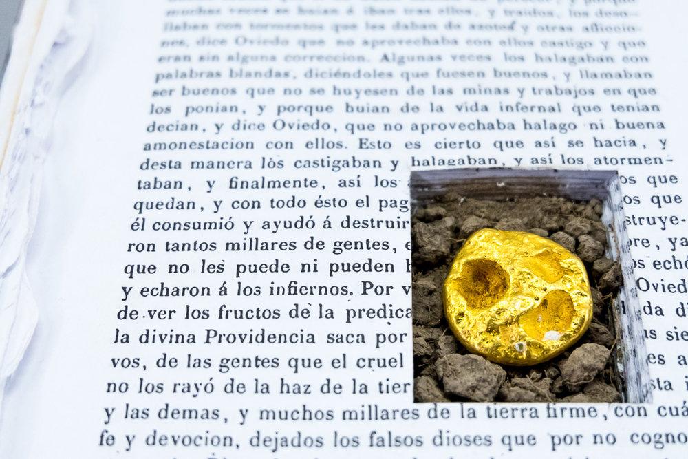 Ivan Sikic / SAQUEO, 2015 - 2018 (Detalle) / Libro, 54 gramos de oro de 24k, tierra / 15 x 22 x 3 cm