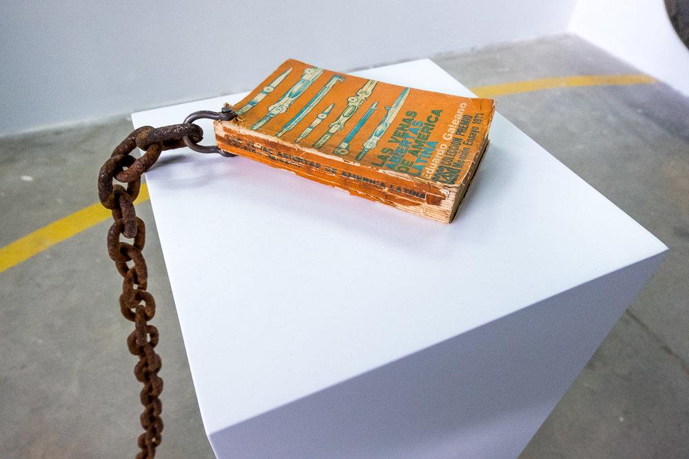 Karlo Andrei Ibarra / Contrapeso, 2012-2018 (Detalle) / Primera edición Las venas abiertas de América Latina y ancla