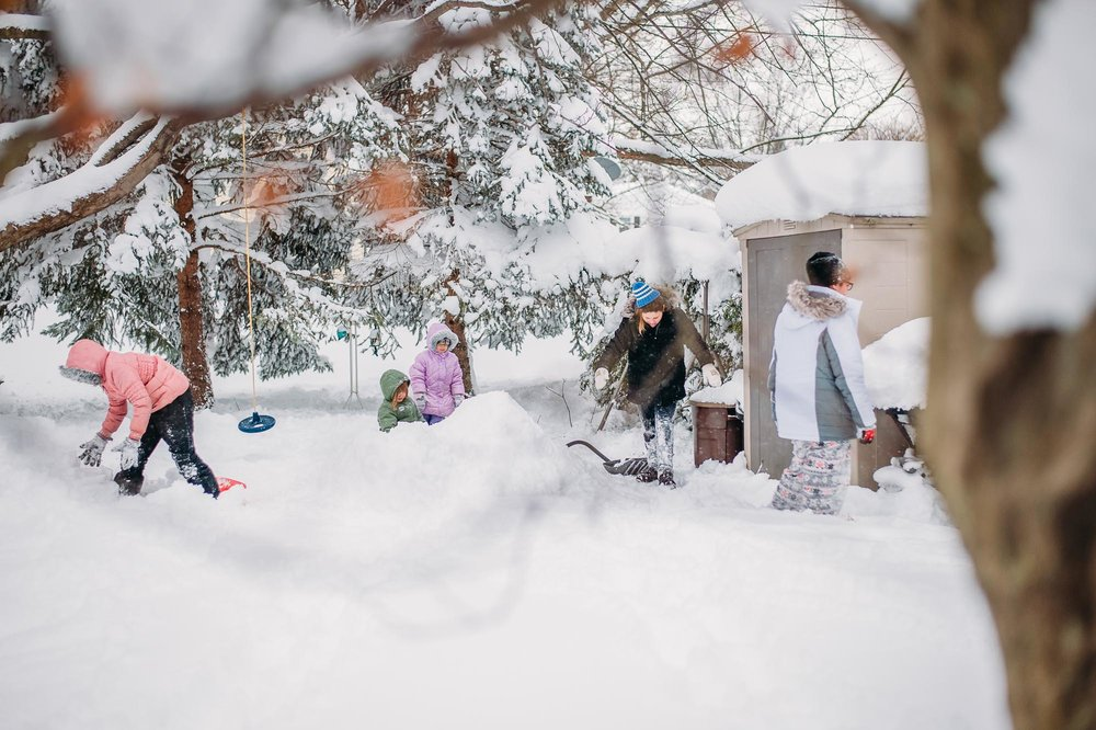 group-of-kids-playing-in-snow-filled-yard-by-erie-pennsylvania-photographer-anna-margaret-photography.jpg
