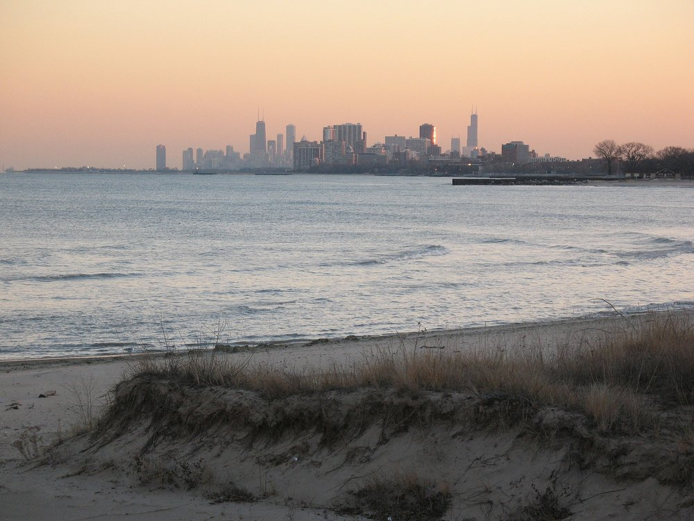 Chicago_skyline_at_sunset,_view_from_Evanston.jpg