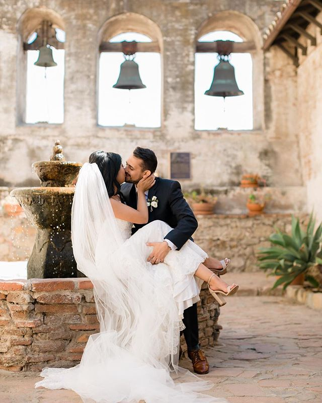 These cuties are hitting the blog today! Sweetest couple ever, and the #missionsanjuancapistrano ... couldn't ask for more! Oh actually yes I can, my good friend and office parter was their Planner! All the feels ✨✨ .  Venue @plazademagdalena Planning @mongeamoreevents  Florals @coronadoflowerlady DJ @diamonddjs Catering @sundriedtomatobistro Sweets @kacyhyder