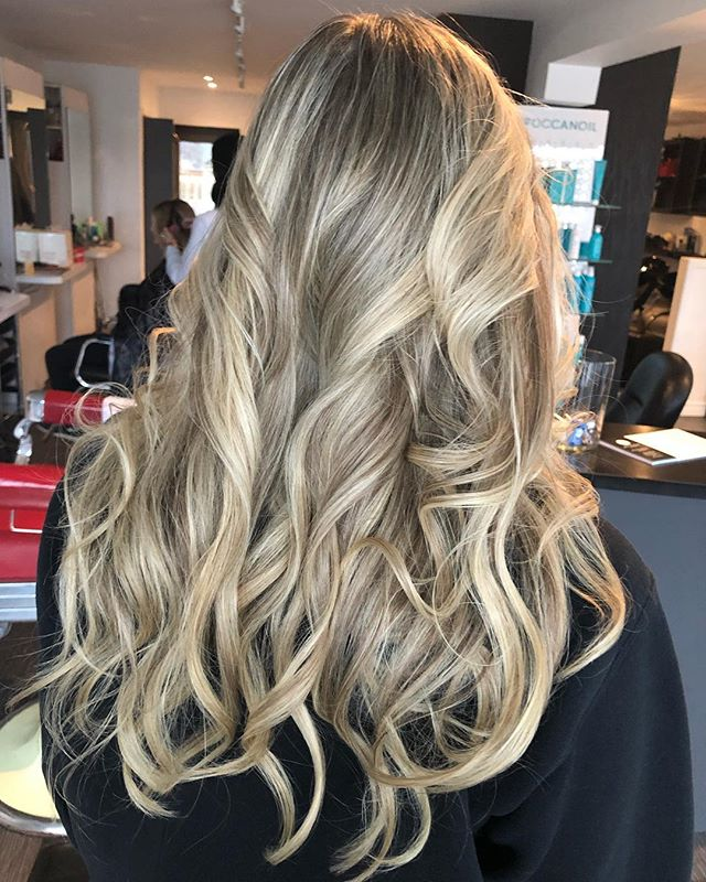 A nice fresh set of highlights on this beautiful girl done by Edie #highlights #blonde #goldwell #premiumlightner