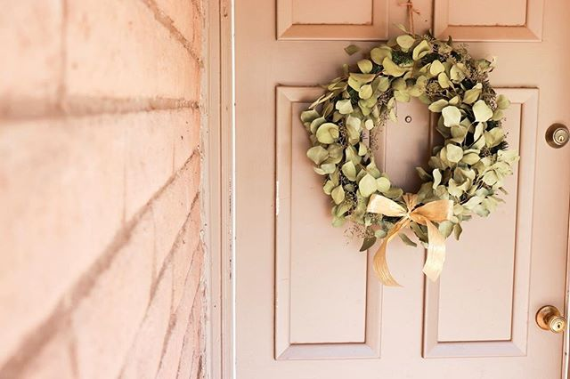 This wreath is a cheery reminder that Christmas is coming and makes me SO happy every time I leave or come home! [Inspired by @inhonorofdesign] . . . #craftyholidays #craftsthatshouldnttakeyoulongbuttheydo #christmaswreath #homeholidaydecor #inhonorofdesign
