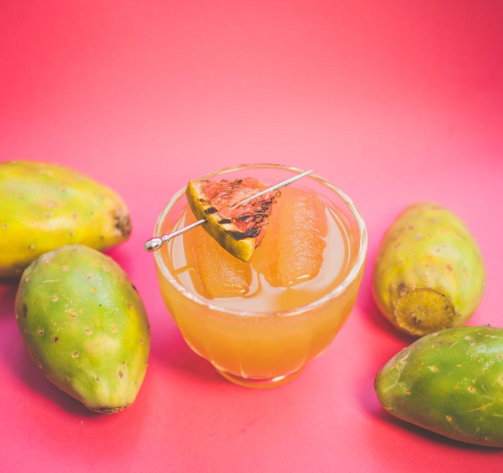 Flor de Tuna   - 2 oz de Xila - 1 1⁄2 oz de pure de tuna - 3⁄4 oz de jarabe de romero  - 1⁄2 oz de jugo de limón - 2 rodajas de pepino