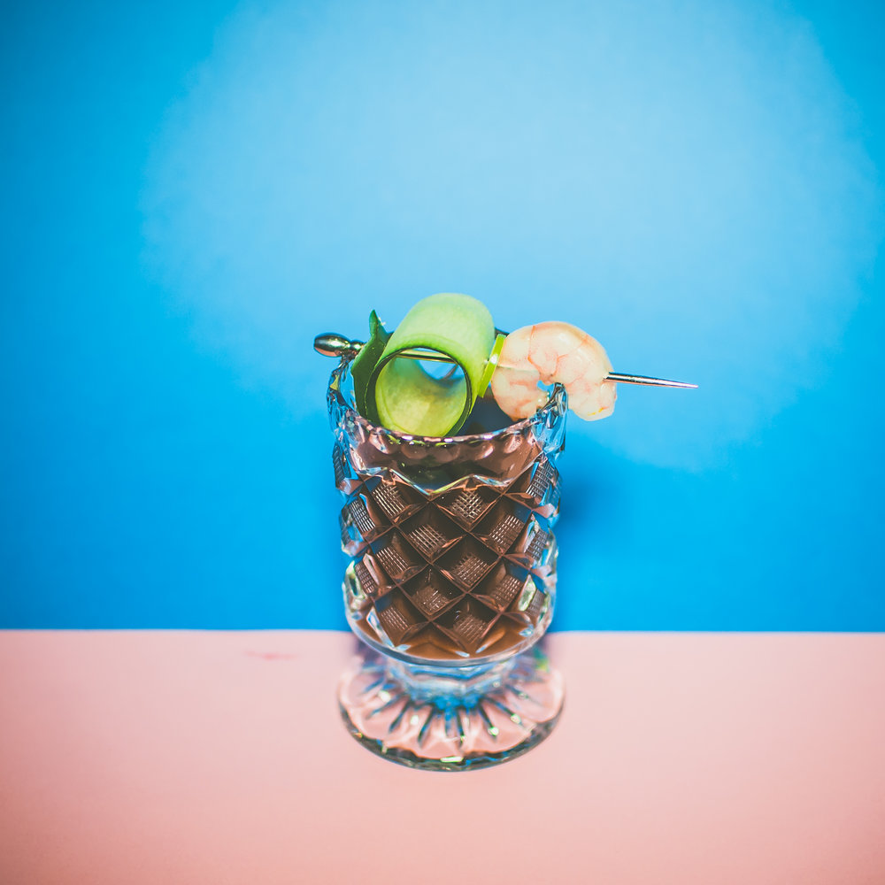 Aguaxila   - 1 oz de xila - 1⁄2 de concentrado de chile serrano, limón, pepino y jugo maggi - 1 oz jugo de piña