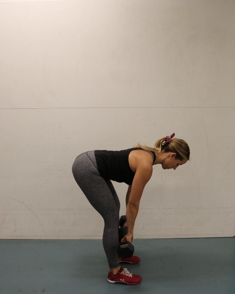 Notice that neutral spine with engaged core to prevent arching or rounding