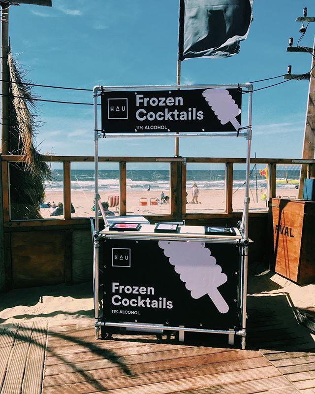 HAU op het strand! Wat is jouw favoriete strandtent? • • • #cocktailpop #cocktailijs #iceicebaby #ginicetime #hauislife #frozencocktails #gintonicice #frozendrinks #opeenstokje #frozenonastick #summerofhau