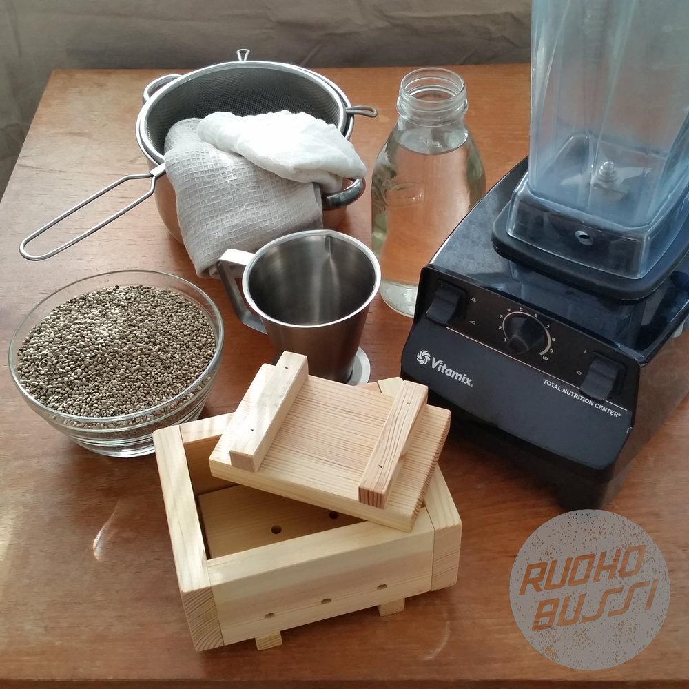 Aineet ja tarvikkeet - 1 l kotimaisia kuorellisia hampunsiemeniä2 l vettäsuolaa ja mausteita oman maun mukaanValmistusta helpottavat:hefulaatikkoblenderinoin 3 litran kattilasiivilämitta-astiapuhdas keittiöliinajuustokangas tai pieni keittiöliina