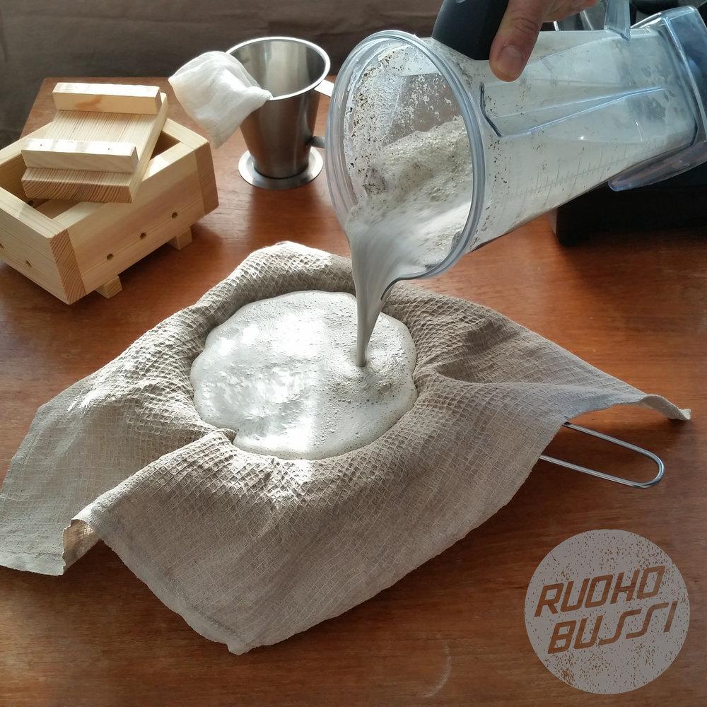 2. Suodata - Suodata blendaamasi hampunsiemenet kattilaan keittiöliinan läpi siivilää apuna käyttäen.Jos käytät kuorittua siementä, suodatusta ei tarvitse tehdä. Hyppää kohtaan 3.
