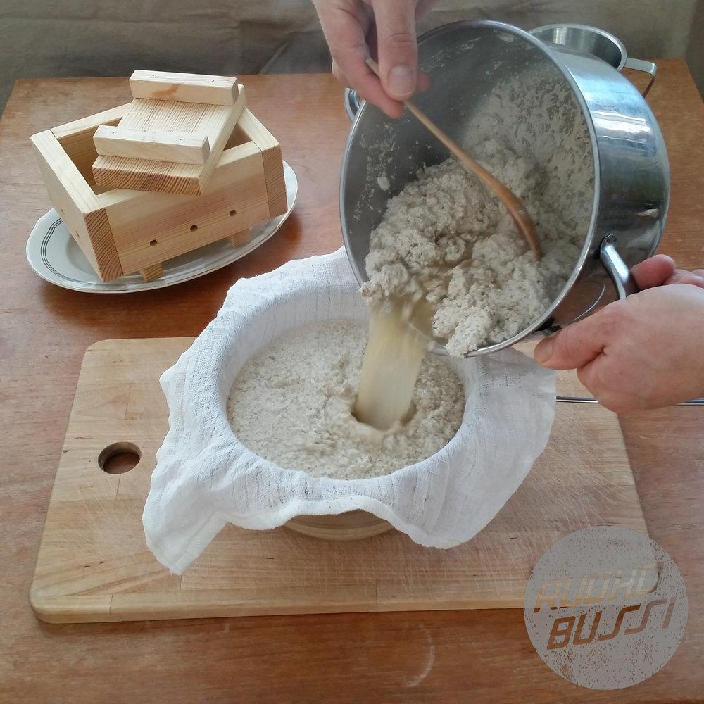 - Kun hera alkaa olla lähestulkoon kirkasta, kaada kaikki kattilan sisältö suoraan hefulaatikkoon juustokankaan tai pienen keittiöliinan läpi. Toinen vaihtoehto on käyttää apuna siivilää ja samalla säilöä hera toiseen astiaan.