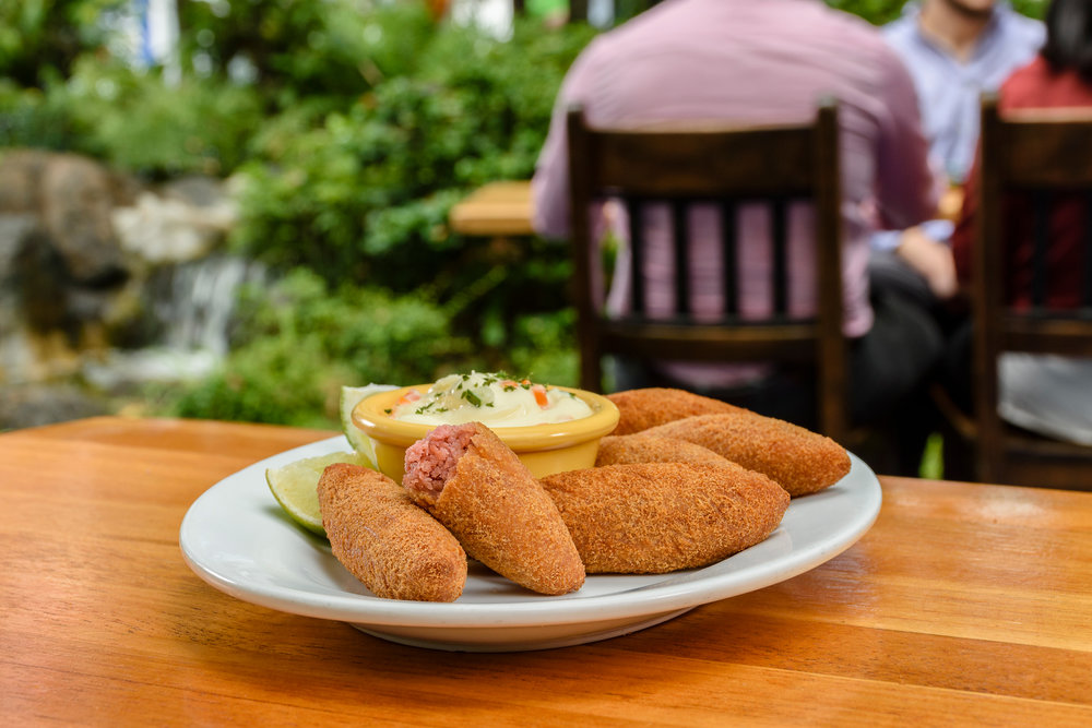 Las Croquetas de Salami vienen acompañadas de una sabrosa salsa tartara.
