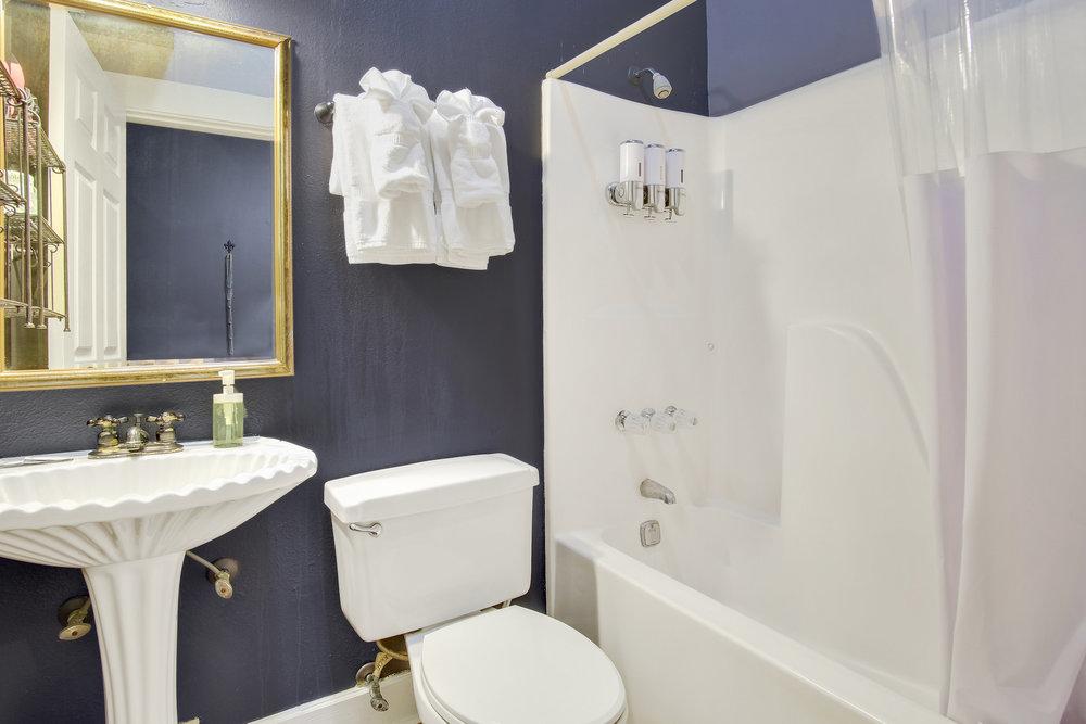 Room 2B bath.jpg