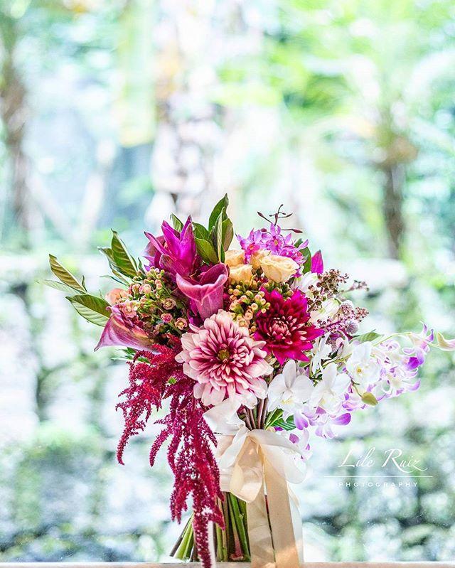 O costume da noiva levar um buquêcomeçou na Grécia Antiga. Naquela época eram constituídos por ramos de ervas e alho para atrair bons fluidos e afastar o mau-olhado 🌾 . ▪️▪️▪️▪️▪️▪️▪️▪️▪️▪️▪️▪️▪️▪️ 💐 Bouquet por @luanasanfer_florista 📸 Fotografia por @lileruiz ▪️ ▪️▪️▪️▪️▪️▪️▪️▪️▪️▪️▪️▪️▪️▪️