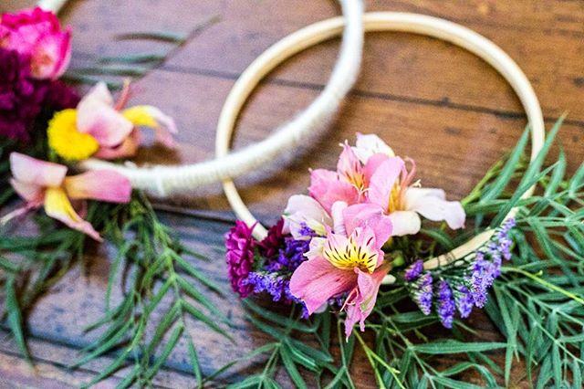 Porque amamos bastidores floridos 🌻 ▪️ ▪️ 💐 Designer floral @luanasanfer_florista ▪️ 📸 Fotografia de detalhe por @lileruiz ▪️ ▪️ ▪️ ▪️