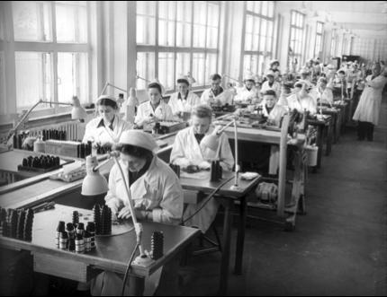 Aan het werk in de KMZ fabriek