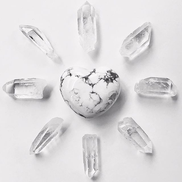 meet 〰️ the relaxer 〰️ // the restorative manifest // this grid attunes to the vibration of peace and tranquility. it assists one with finding relaxation, clarity of mind and focused awareness.  tcm stones// howlite + clear quartz - JOIN US as we lead a crystal workshop +meditation with this limited edition crystal grid set we created in collaboration with @varley at their new pop-up shop at @platform_la // link in bio to sign up through @consciouscityguide Wednesday May 30th, 7pm