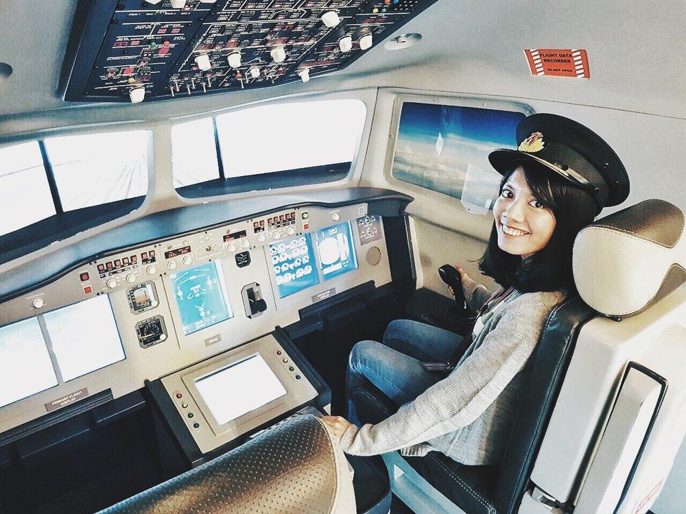 Salah satu triknya nggak termasuk menerbangkan pesawatnya sendiri, kok :-P