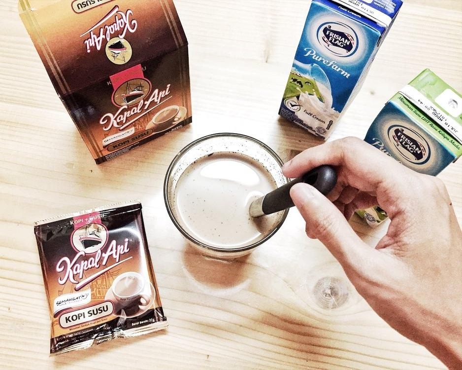 How to Make the Perfect Coffee for Cold Weather - Di musim hujan begini tidak ada yang mengalahkan enaknya segelas kopi susu hangat. Kopi susu memang lagi naik daun, gara-gara sudah banyak racikannya yang dipopulerkan toko kopi kekinian. Tapi, kopi susu enak nggak cuma ada di toko kopi atau kafe, kok. You can even have it right from your own kitchen...