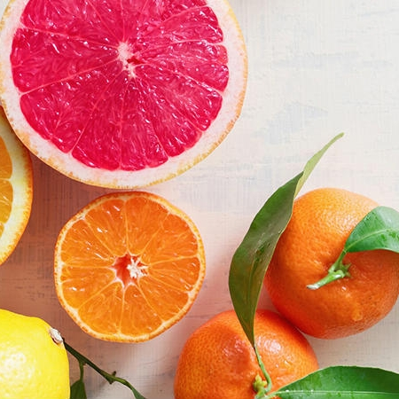 Konsumsi Vitamin C - Mungkin ini tidak secara langsung berdampak pada rasa tidak nyaman yang ditimbulkan oleh anyang-anyangan. Namun, mengonsumsi vitamin C dapat meningkatkan asam pada urin, sehingga bakteri yang menyerang saluran kemih sulit berkembang.