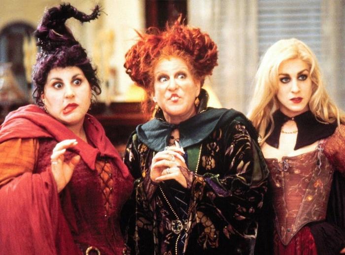 Hocus Pocus (1993) - Lagi-lagi film favorit saya semasa kecil. Menurut saya, inilah film yang cocok jadi standar tontonan horor untuk anak-anak. Meski mengambil tema mistis dengan tokoh-tokoh penyihir, Hocus Pocus adalah film yang sangat lucu, seru, dan menghibur. Menonton film ini bahkan nyaris seperti menonton film-film dongeng Disney, dengan plot menarik dan nilai-nilai humanis yang dibagikan. My favorite is Bette Midler's classic number 'I Put a Spell on You' and Sarah Jessica Parker's