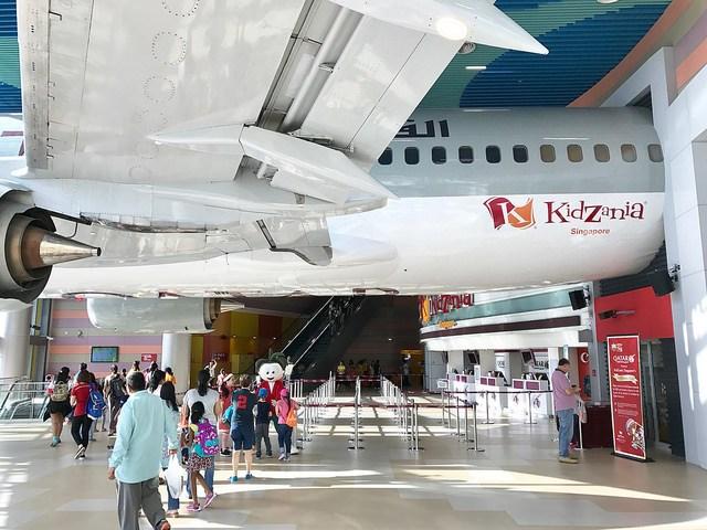 KidZania Singapore - Pastinya nama KidZania sudah nggak asing lagi di telinga sebagai playground interaktif yang sudah jadi favorit banyak anak. Di taman bermain yang berlokasi di Pulau Sentosa ini, anak-anak bisa role-playing dan mencicipi pengalaman berbagai profesi: dari polisi, baker, peneliti, sampai jurnalis! Sewaktu meliput, saya berkesempatan untuk menjadi pilot di pesawat Boeing 737 sungguhan yang ada di sana. Seru banget karena di dalamnya saya bisa merasakan pengalaman mengoperasikan simulator Airbus 380 dan Boeing 787!Image credit: thechillmom.com