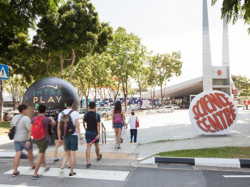 Science Centre Singapore - Lagi-lagi destinasi keluarga dengan wahana dan atraksi yang mengedukasi. Science Centre Singapore ini kurang lebih seperti PP-IPTEK di TMII, tapi menurut saya exhibition-nya lebih beragam, interaktif, dan modern. Di sini juga ada Omni-Theatre dan Snow City untuk nyobain salju! Pokoknya Science Centre ini memang jadi destinasi edukasi yang family-centric, jadi nggak perlu ragu untuk ke sini. Lokasinya di daerah Jurong East, harga tiket masuk (tidak termasuk Omni-Theatre dan Snow City) untuk dewasa dan lansia adalah SGD 12, sedangkan anak SGD 8.Image credit: flickr.com