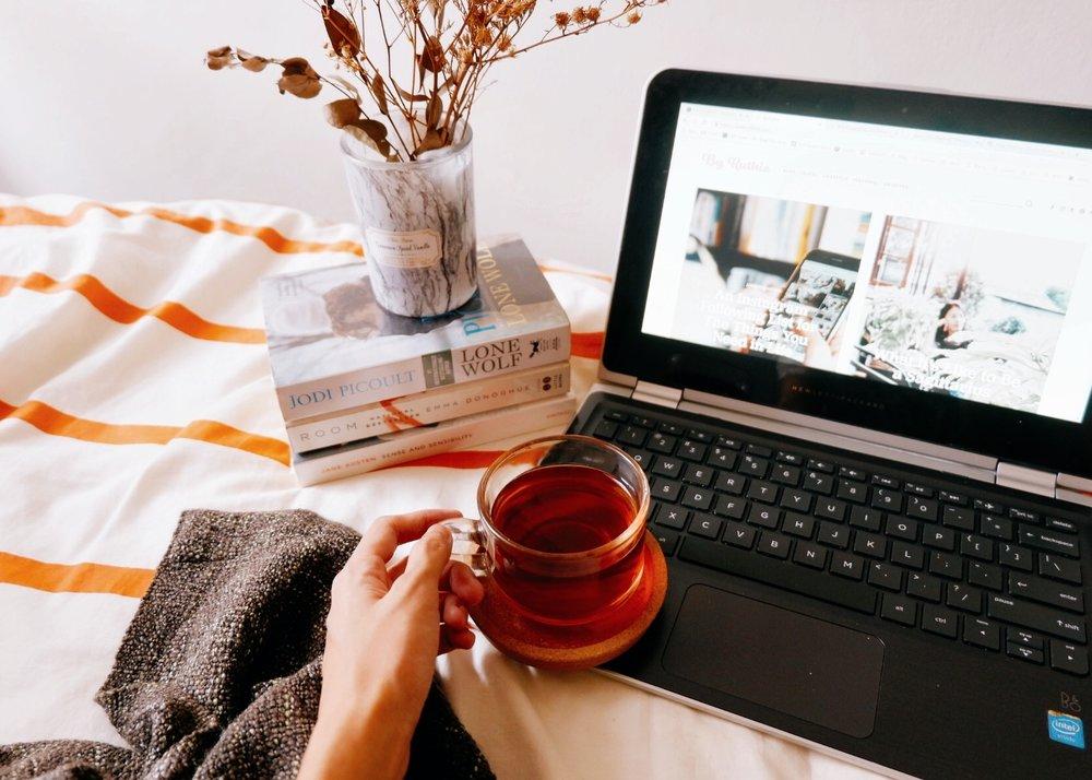 Little Tips on Blogwalking - Baca postingan blog yang dikunjungi sampai tuntas. Prinsip saya simpel: buat apa mengunjungi blog kalau postingan-nya tidak dibaca (lalu asal berkomentar dan pasang link hidup pula)? Hargai tulisan sendiri dengan terlebih dahulu menghargai hasil karya orang lain.Kunjungi blog yang memang menarik dibaca. Supaya jadi lebih enjoy membaca dan bisa berinteraksi juga dengan penulisnya. Jangan maksa untuk blogwalking ke blog yang kamu bahkan nggak tertarik untuk baca, demi bisa meninggalkan link dan blogmu dikunjungi.Rutin blogwalking. Ini trik buat yang memang ingin mendongkrak traffic dan SEO dari blogwalking. Kalau saya biasanya blogwalking tiap selesai unggah tulisan dan normally saya bisa mengunjungi sampai 10 blog.