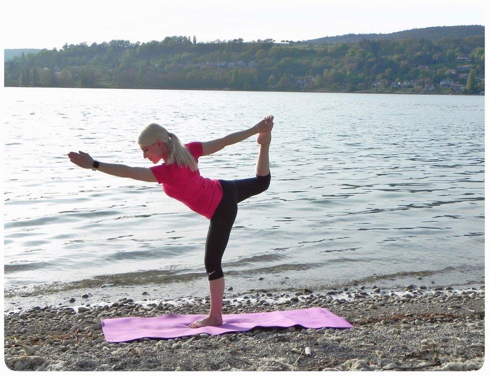 Balance-Übung : Die Position auf dem rechten wie auch auf dem linken Bein 5 Atemzüge halten