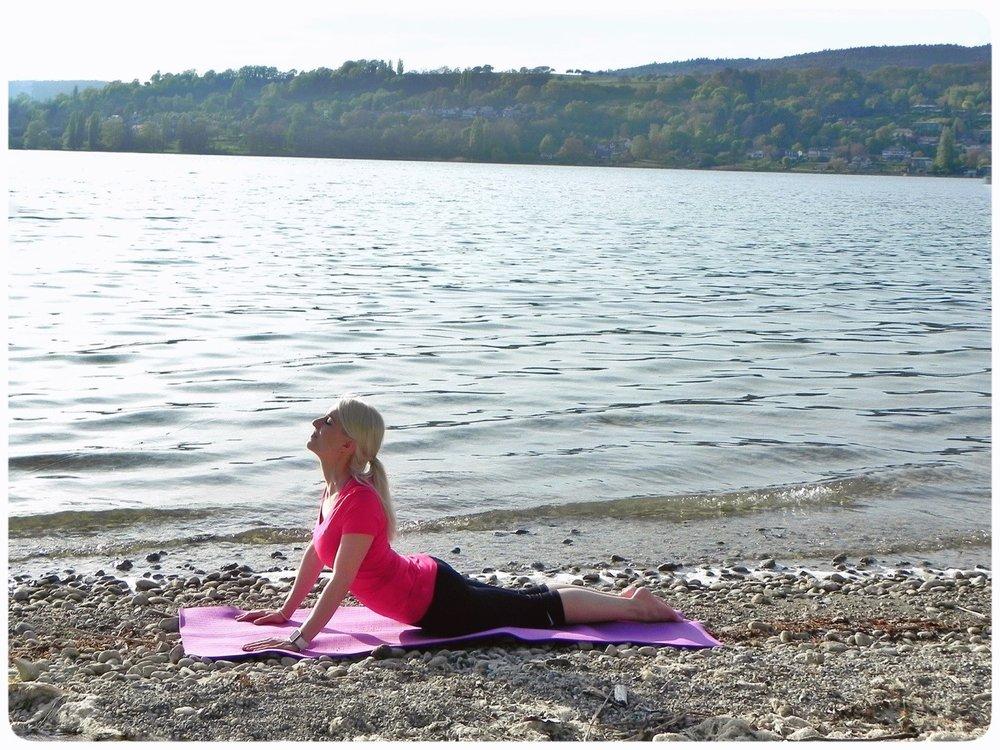 Bauchlage, Hände neben den Schultergelenken platzieren und dann langsam den Oberkörper nach oben bringen. Schultern sind immer weit weg von den Ohren. 5 Atemzüge halten