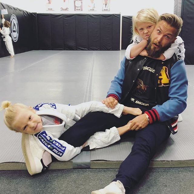 Hope everyone had an amazing weekend and was able to recharge (or at least try to)! Who's ready to get back to it bright and early tomorrow!? Lol @magnuslygdback — #weekendtime #parenttrap #kidstuff #familygoals #kahbibvsmcgregor #ufc #ufc229 #chocker