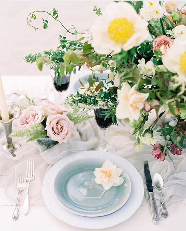 As seen on @martha_weddings 💕 head over to their page for more ideas on how to incorporate acrylic into your big day 🌿🌼 | photography: @shanellphotographyllc | blooms: @bloomfloraldesign
