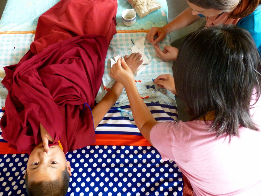 Using direct moxa to treat warts on several of the monks.