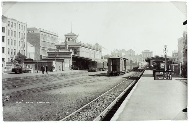 EARLY: The Auckland Railway Station in 1909 (Te Papa Collection O.001709)