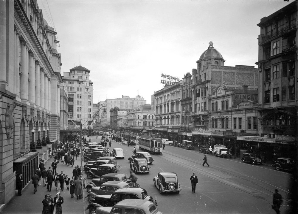 LOWER QUEEN STREET 1930s: Cars parked outside the Chief Post Office in the 1930s (Photo: Queen Street, Auckland. New Zealand Freelance: Photographic prints and negatives. Ref: 1/2-100894-G. Alexander Turnbull Library, Wellington)