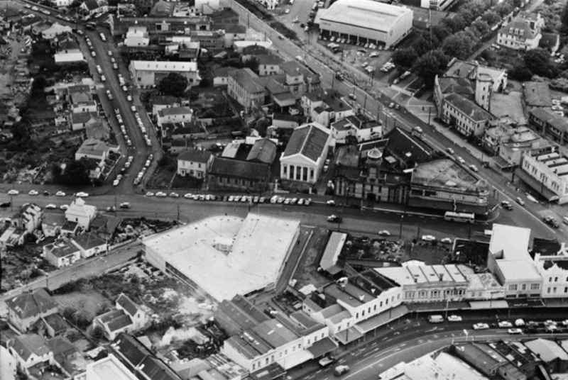 PRE-MOTORWAY: A 1962 aerial view over the Beresford Street/Pitt Street area, showing the area now occupied by the Northern Motorway, Karangahape Road, bottom right, Pitt Street, diagonally top right, Beresford Street, left to right across centre, Day Street, bottom left, Greys Avenue, top right, and St James Street, left (Photo: Sir George Grey Special Collections, Auckland Libraries, 580-10453)