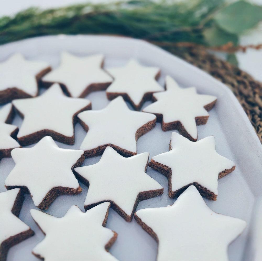 Shiny, smooth meringue icing on cinnamon stars (zimtsterne).