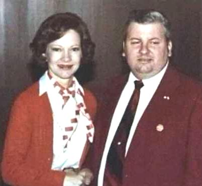 John Wayne Gacy and First Lady Rosalyn Carter -       By White House photographer - http://mrssatan.blogspot.com/2007/10/john-wayne-gacy-was-democrat.html, Public Domain, https://commons.wikimedia.org/w/index.php?curid=4548508