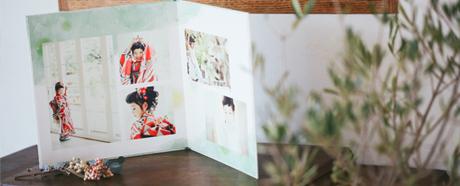 約6カットを使用してデザインされたおしゃれな写真台紙です。台紙を開くと自立するため、そのままインテリアとして飾ることができます。 52cm x 26cm(開いた状態)