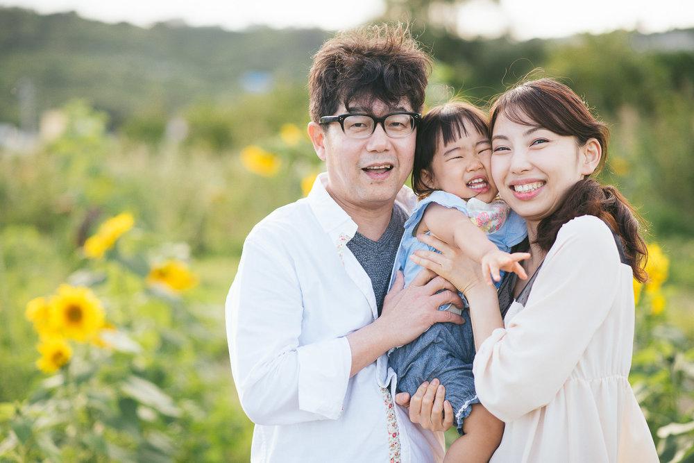 ひまわり畑で家族写真.jpg