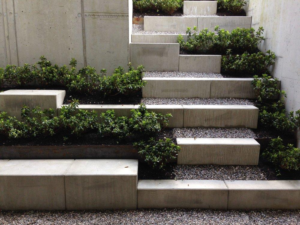 Stairs   Ein Treppe wird zu einem Gestaltungselement des Gartens