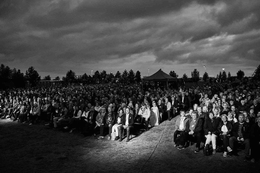 Hymyilevä mies -elokuvan ensi-ilta Kokkolan Meripuistossa. Kuvalähde:  Hymyilevä mies -elokuvan Facebook-sivu . Kuvaaja: Kuokkasen Kuvaamo.