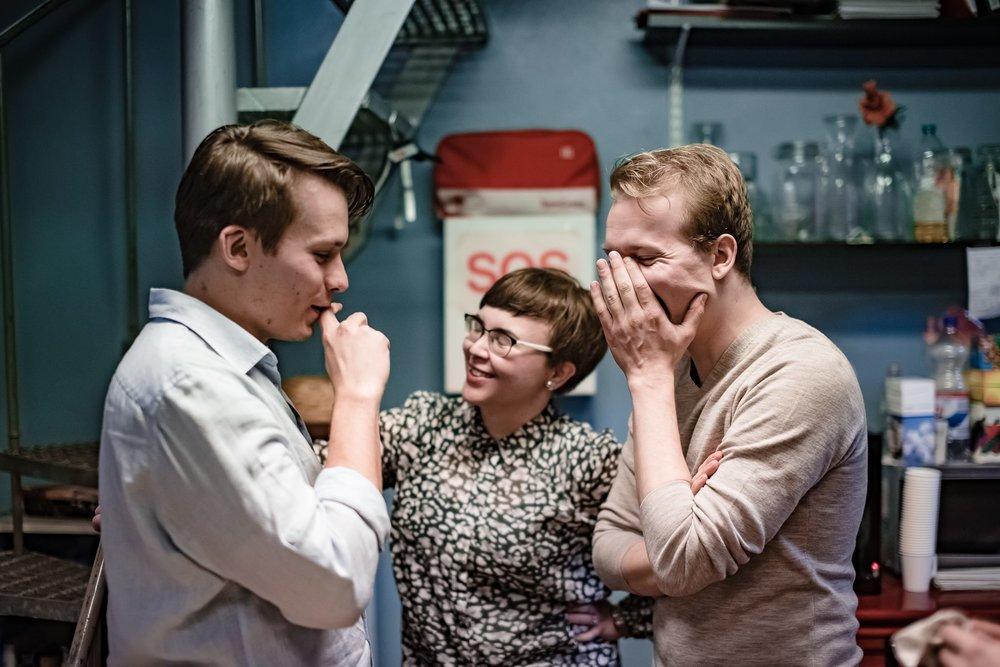 Väistyvä festivaalijohtaja Mikko Gustafsson kuvassa oikealla, Emmi Pääkkönen keskellä. Vasemmalla taiteellinen johtaja Otto Kylmälä. Kuva: Eino Ansio.