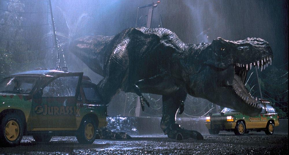 Jurassic Parkin kohokohta, kun Tyrannosaurus rex viimein paljastetaan. Kuva: Universal Pictures.