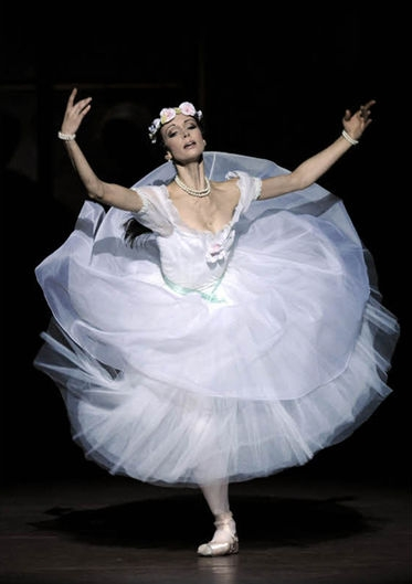(above Irina Tsymbal, 2011/12 Season. Photo: Wiener Staatsballet/Kurier)