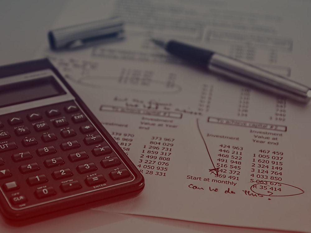 ROTINAS ADMINISTRATIVAS   Elaboração das previsões orçamentárias e confecção de recibos;  Escrituração de atas, redação de editais, circulares, avisos, convocações etc...  Assistência em assembleias gerais ordinárias (AGO) e extraordinárias (AGE);  Emissão de recibos condominiais e controle de pagamento;  Elaboração de prestação de contas (balancete mensal/anual), com as devidas documentações ordenadas, classificadas, encadernadas em pasta espiral, com as folhas dos documentos numeradas e rubricadas e termo de abertura/encerramento constando o total de folhas;  Acompanhamento dos extratos de contas correntes, relatórios de aplicações e poupanças e outras operações ativas ou passivas com bancos.