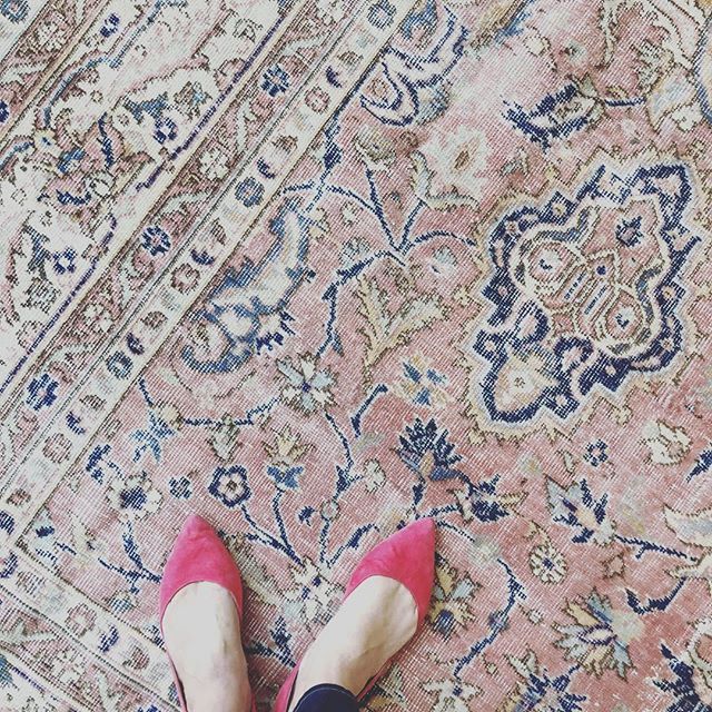 I just love a good #vintageturkishrug and a pair of pointy flats. #redsuedeshoes #annaliinteriors #nashvilledesigner